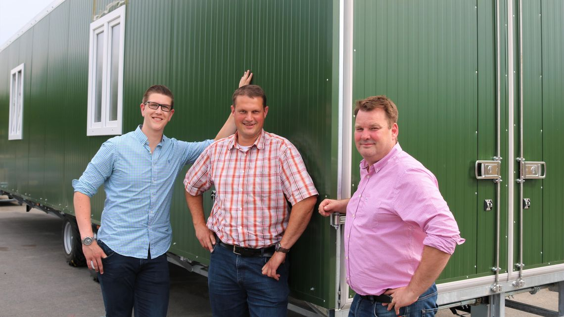 farmermobil GmbH: Hühnermobil Mobilstall mobile chicken coop outdoor laying hens fm600 species-appropriate livestock team sales Reinforcement in the sales team - blog article The team behind Farmermobil presented.
