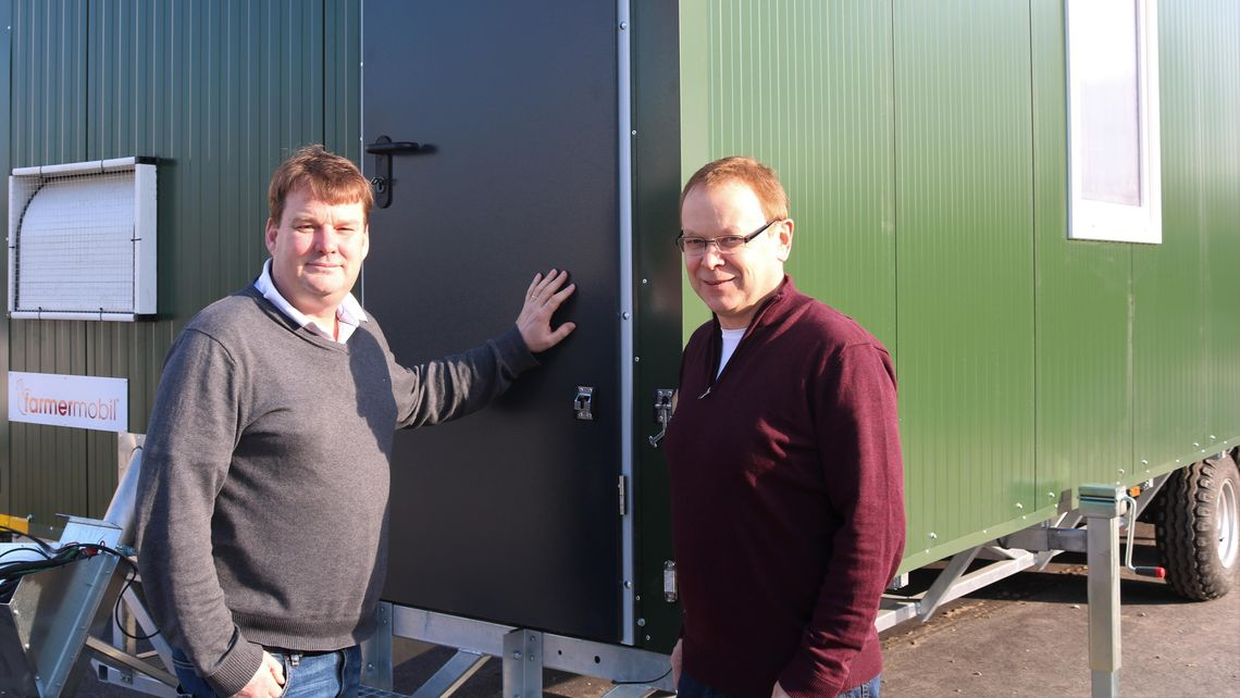 farmermobil GmbH: Hühnermobil Mobilstall mobile chicken coop outdoor laying hens fm600 species-appropriate animal husbandry team sales Reinforcement in the sales team - blog article